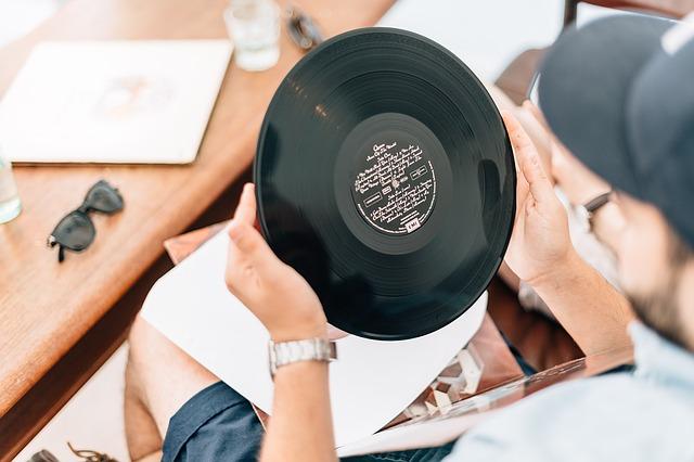 play vinyl records handling