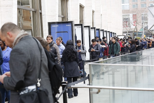 Crowd lines up around Lincoln Center for bezel-less smartphones Samsung is releasing soon